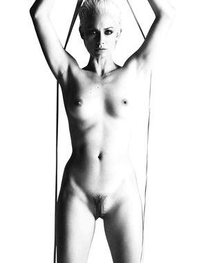 Amber Valletta Nude Pics
