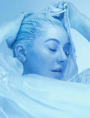 Christina Aguilera receives huge facial