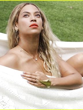 Beyonce Knowles showing off amazing nude boobs