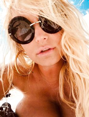 Jessica Simpson sexy bikini boobs