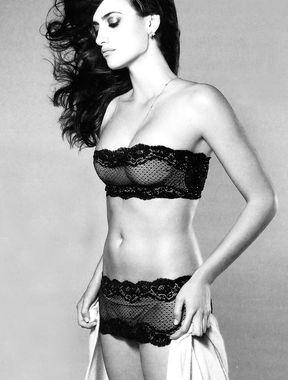 Penélope Cruz panties exposed